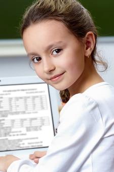 Slim meisje studeren met laptop