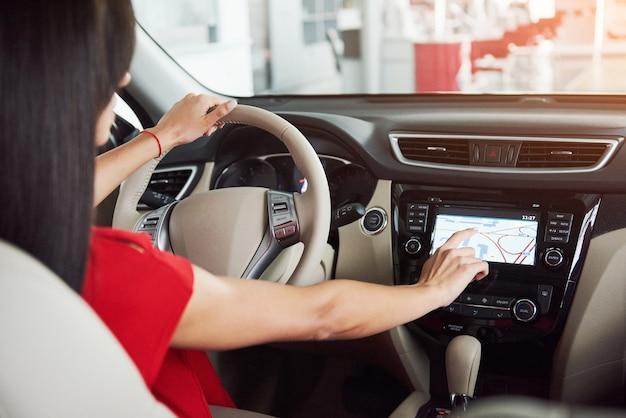 Slimme auto en internet van dingen iot concept. wijs met de vinger naar de console van de auto en de pop-uppictogrammen verschijnen buiten het scherm