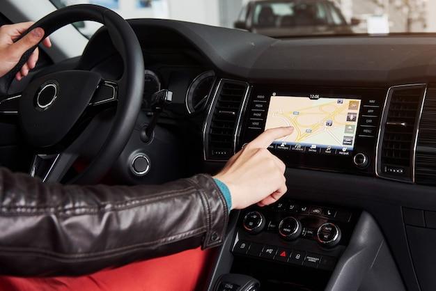 Slimme auto en internet van dingen iot concept. wijs met de vinger naar de console van de auto en pop-uppictogrammen verschijnen buiten het scherm