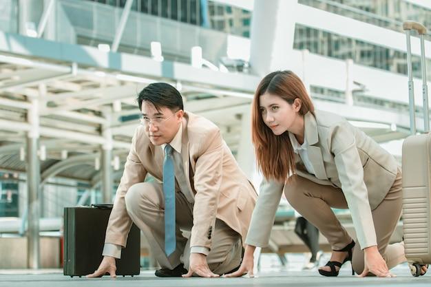 Slimme aziatische zakenman en zakenvrouw permanent in startpositie runner, concurrentie bedrijfsconcept.