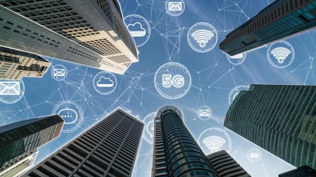 Slimme digitale stad met abstracte afbeelding die verbindingsnetwerk toont