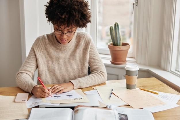 Slimme drukke jonge vrouw accountant thuis werken