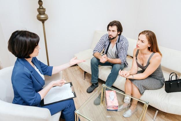 Slimme en zorgvuldige mensen kijken naar de therapeut en luisteren heel voorzichtig naar haar. professional legt het uit en steekt haar hand uit.