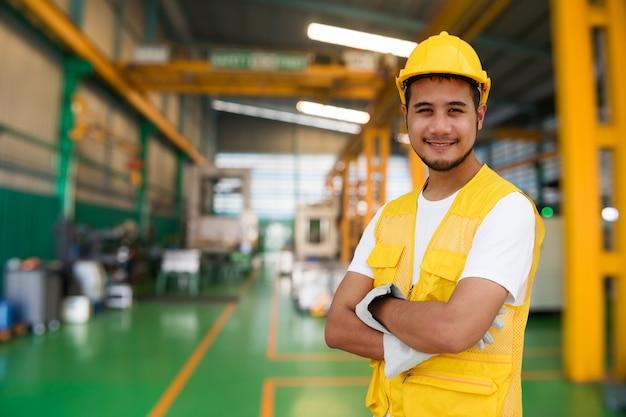 Slimme fabrieksarbeider in uniform