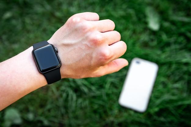 Slimme horloge bij de hand en mobiele telefoon