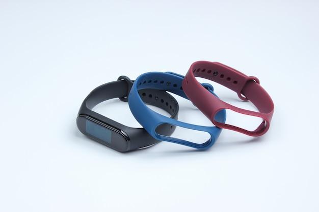Slimme horloge met verwisselbare armbanden op witte achtergrond. fitnesstracker. moderne gadgets