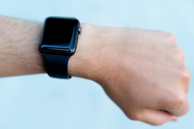 Slimme horloge om een pols van een mannenhand