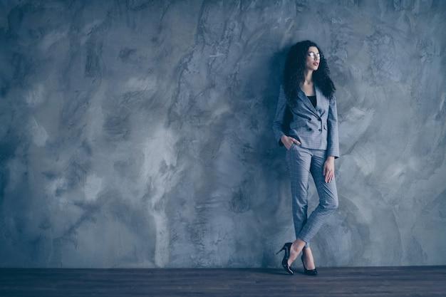 Slimme hr-meisjepartner kijkt over grijze betonnen muur