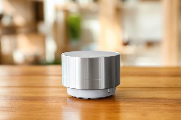 Slimme huisassistent-apparaat op tafel in de kamer