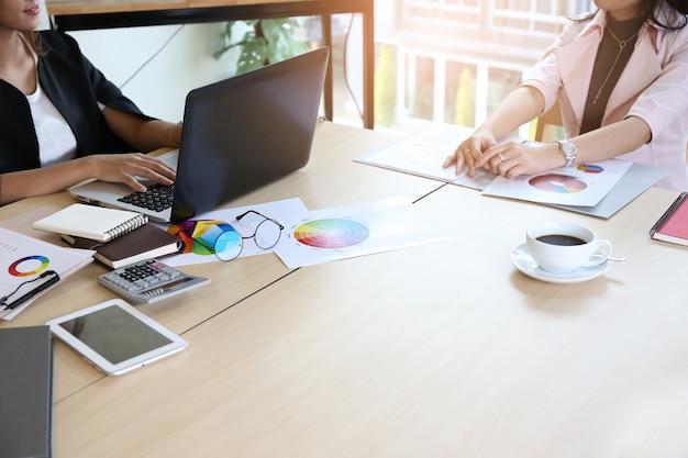 Slimme jonge zakenvrouw bemanning werken met nieuw startproject in moderne loft kantoor