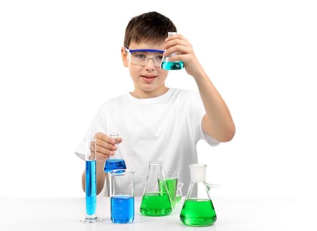 Slimme kleine jongen die chemische experimenten doet