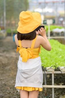 Slimme landbouw, boerderij, sensortechnologie concept. boer hand met behulp van slimme telefoon voor het bewaken van temperatuur, vochtigheid, druk, licht van de bodem in aardbei boerderij.