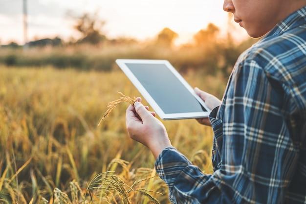 Slimme landbouw landbouwtechnologie en biologische landbouw vrouw die het onderzoek gebruikt