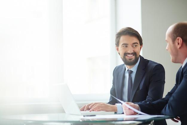 Slimme leidinggevenden planning van werkzaamheden op vergadering