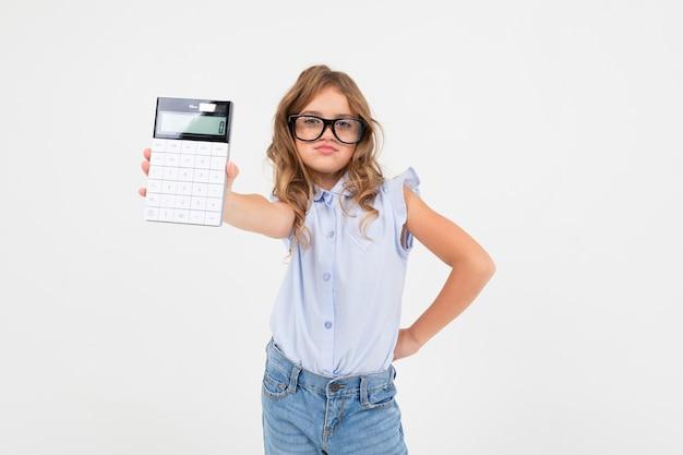 Slimme meid in glazen houdt een rekenmachine met berekeningen in de hand op een witte achtergrond met kopie ruimte.