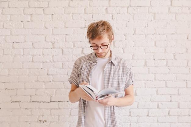 Slimme mens die met glazen een boek leest