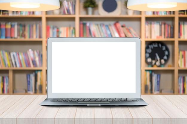 Slimme moderne laptop met het witte lege scherm op houten lijst met bibliotheek
