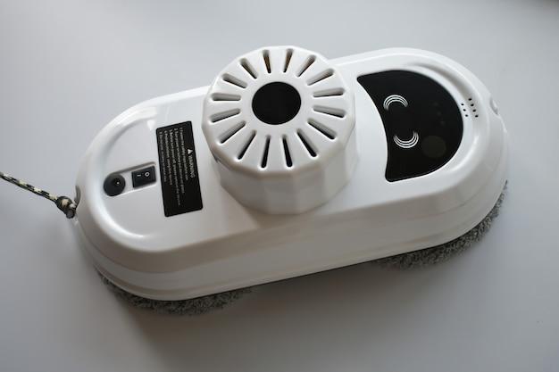 Slimme robot voor het reinigen van ramen, keramische tegels en vlakke oppervlakken binnen en buiten. huishoudelijke apparaten