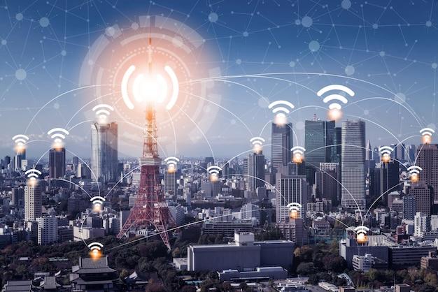 Slimme skyline van de stad met pictogrammen voor draadloze communicatie netwerk.