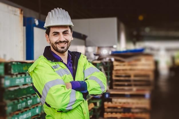 Slimme spaanse latijnse ingenieursarbeider die in logistieke havenlading werkt