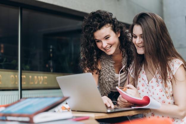 Slimme studenten. twee meisjes werken met de laptop