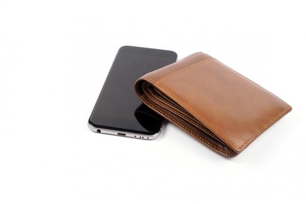 Slimme telefoon en bruine portefeuille op wit