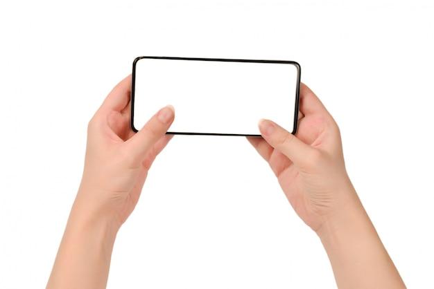 Slimme telefoon in vrouwenhanden die op witte achtergrond worden geïsoleerd. wit scherm.