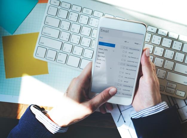 Slimme telefoon met behulp van e-mail online messaging concept