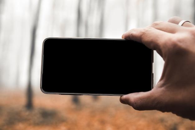Slimme telefoon mobiele fotografie van foto van een mistig bos