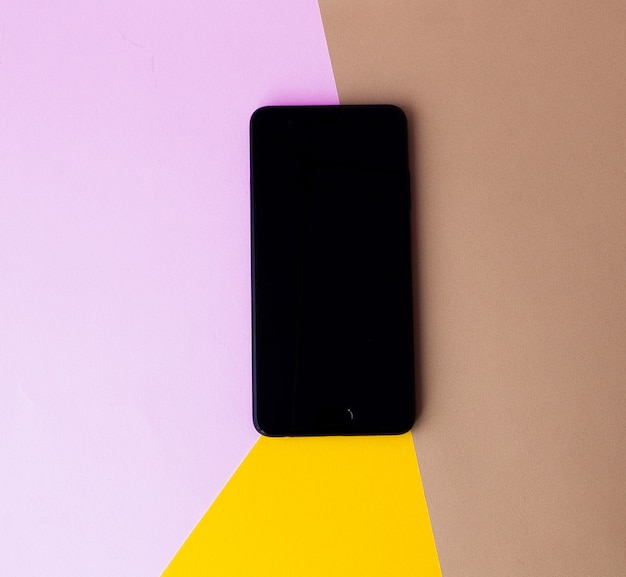 Slimme telefoonscherm op gekleurde achtergrond. minimaal concept. plat leggen. bovenaanzicht.