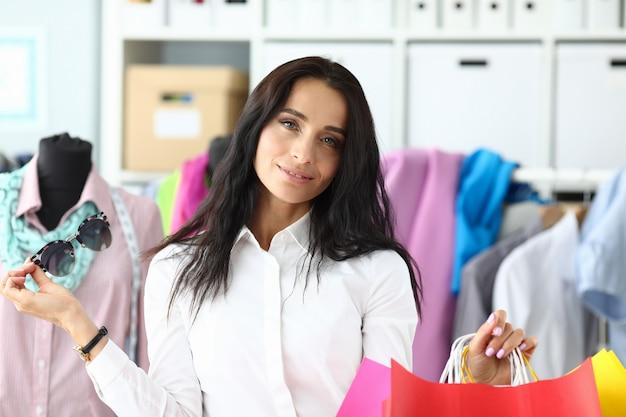 Slimme vrouwelijke shopaholic