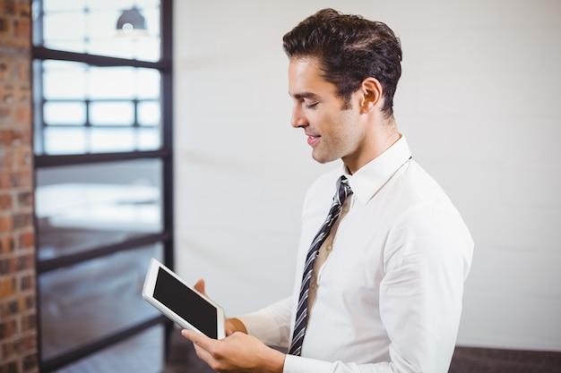 Slimme zakenman die digitale tablet gebruikt