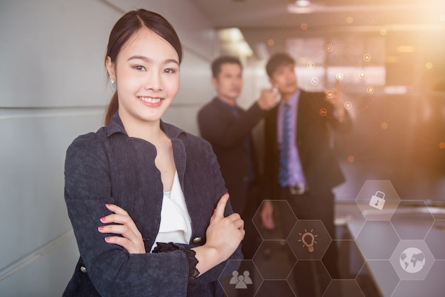 Slimme zakenvrouwen staan. aziatische secretaresse op kantoor.