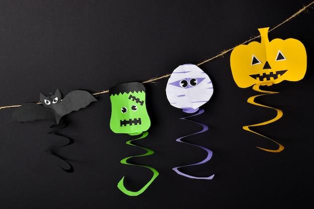 Slinger van halloween-personages. strek je uit op de touwen van pompoen, zombie, vleermuis en frankenstein. ambachten gemaakt van papier.