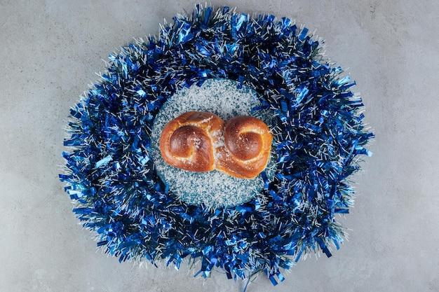 Slingercirkel met een knot in het midden op marmer