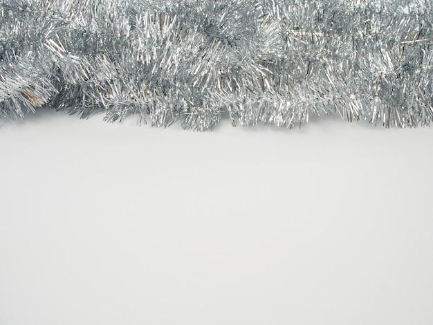 Slingers van zilveren klatergoud op witte achtergrond