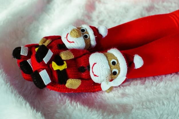 Slippers in de vorm van kerstmannen op meisjespoten