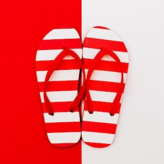 Slippers. laten we naar het strand gaan. minimaal ontwerp
