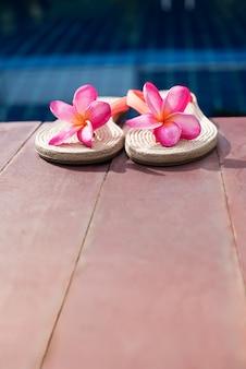 Slippers roze frangipani zwembad