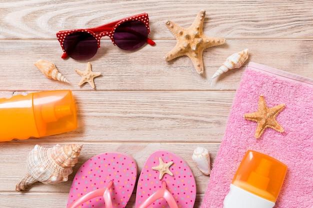 Slippers, strohoed, zeester, fles zonnebrandcrème, spray voor bodylotion