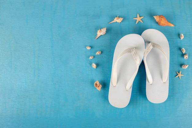Slippers, zeesterren en schelpen