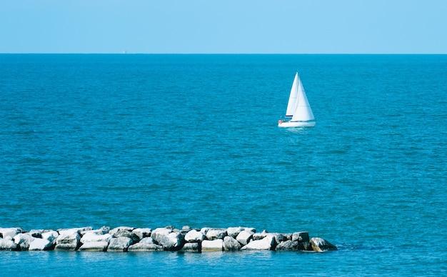 Sloep opgetuigde boot die in kust van rimini, italië vaart