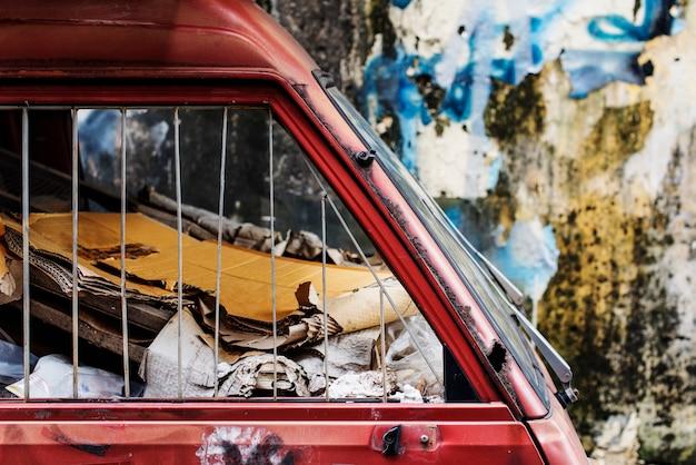 Sloop autokerkhof woestenij prullenbak roestig abstract concept