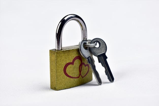 Slot met sleutels op een witte achtergrond