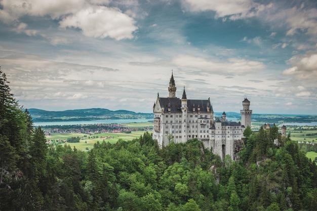 Slot neuschwanstein in het dorp hohenschwangau, vlakbij füssen,