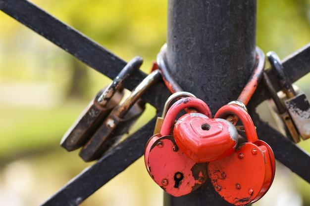 Sloten in de vorm van een hart hangen aan het hek van de brug, een symbool van liefde en loyaliteit
