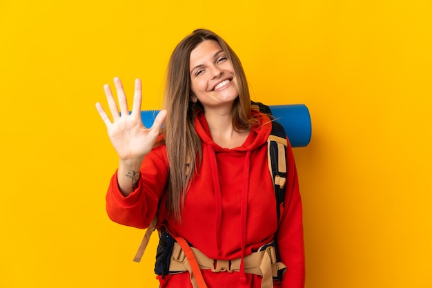 Slowaakse bergbeklimmervrouw met een grote geïsoleerde rugzak