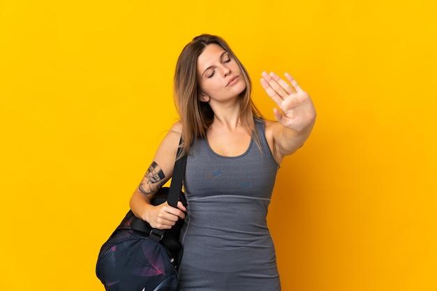 Slowaakse sportvrouw met geïsoleerde sporttas