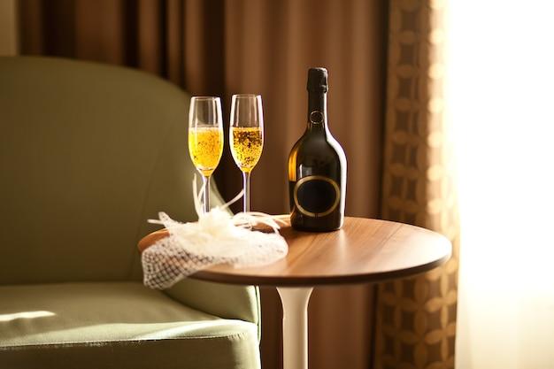 Sluierglazen en flessen champagne
