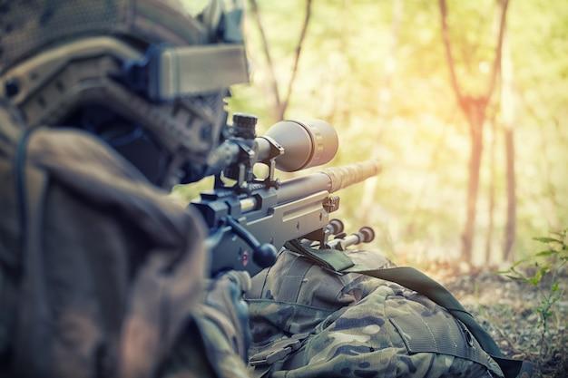 Sluipschutter met geweer verborgen in greppel
